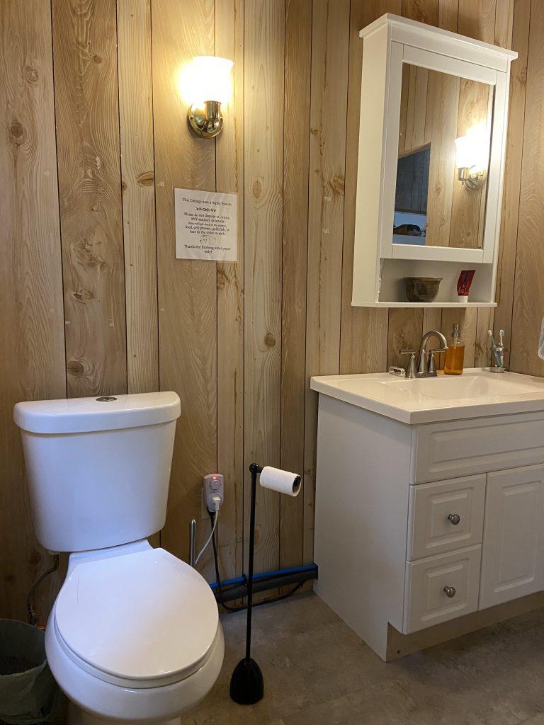 Haliburton, Cottage, Rental, Stormy, Lake, Fall, Bunkie, Bathroom, Salle de bain, Washroom